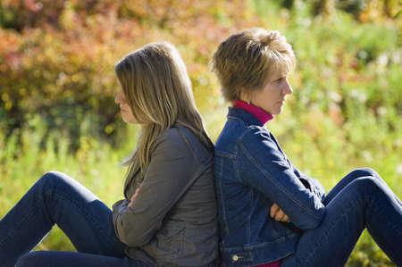 feindschaft: Ver�rgert Mutter und Tochter schmollen