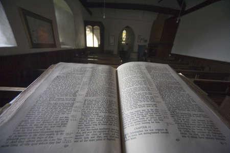 valores morales: Antigua Biblia en la Iglesia, North Yorkshire, Inglaterra, Europa  Editorial