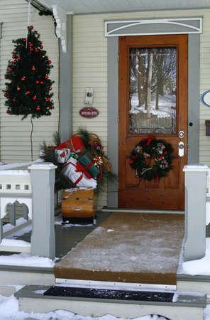 coronas navidenas: Puerta con decoraciones de Navidad