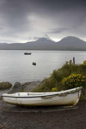 ボートの水と岸に 写真素材