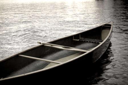piragua: Lago de los bosques, Ontario, Canad�; el barco en el agua  LANG_EVOIMAGES