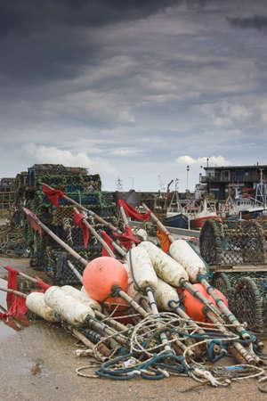 boyas: East Riding, Yorkshire, Inglaterra; pesca carrozas y macetas de langosta en la playa