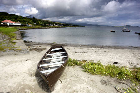 スコットランド、アイラ島;ビーチで放棄された、カヌー