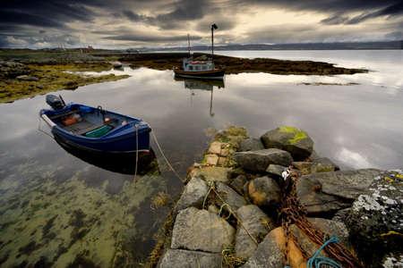 スコットランド、アイラ島;2 隻のボート、ビーチで固定