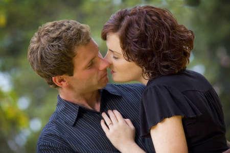 verlobt: Paar küssen  LANG_EVOIMAGES