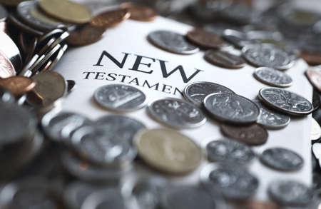 Munten die de nieuwe Testament Bijbel  Stockfoto