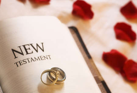 Wedding rings on the New Testament Bible Banque d'images