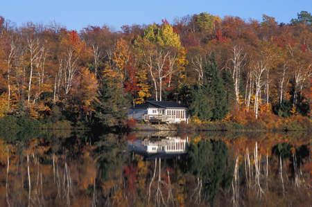 秋の湖畔の家