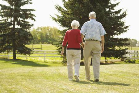 pasear: Senior pareja caminando de la mano  LANG_EVOIMAGES