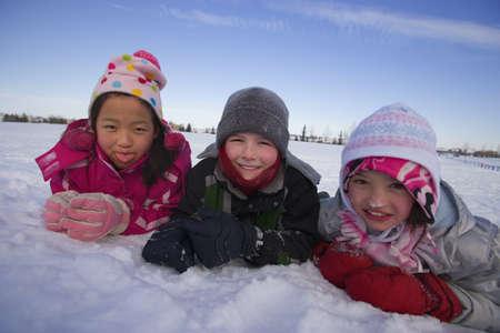 Kinderen spelen in de sneeuw  Stockfoto - 7559284