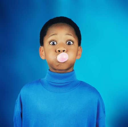 goma de mascar: Un ni�o soplando una burbuja