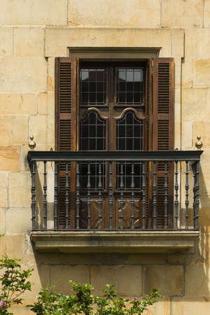 balcony door: Un balc�n en Elorrio, del pa�s Vasco, Espa�a  LANG_EVOIMAGES