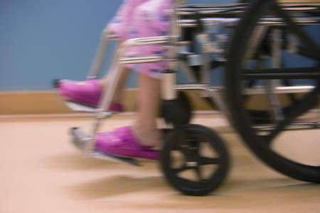 Ni�o en silla de ruedas de hospital  Foto de archivo - 7559413