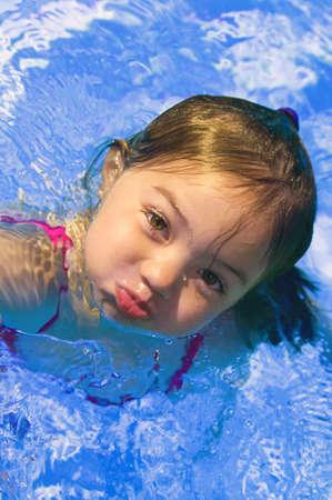 Girl en piscine.  Banque d'images - 7559371