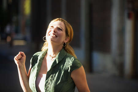 uplifting: Mujer joven feliz