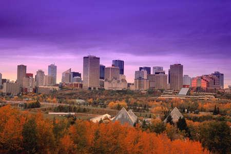 Edmonton downtown kern met vallei van de rivier op voorgrond
