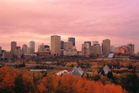 Edmonton downtown core met de vallei van de rivier op voorgrond