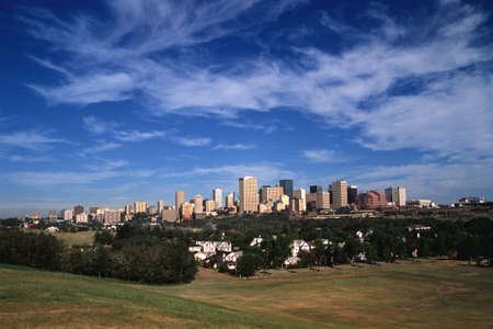 Edmonton downtown core met huizen op voorgrond