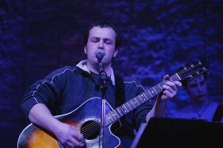 humildad: Hombre tocando la guitarra y cantar  Foto de archivo