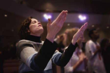 alabanza: Mujer con manos erguidas