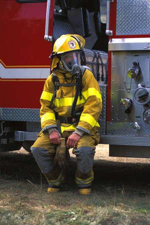 Brandweer man zittend op de brandweer