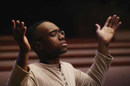 prayer hands: Uomo di adorazione