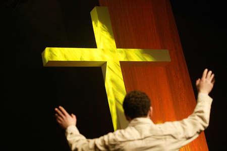 십자가에 서서 숭배하는 사람