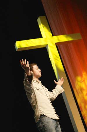 십자가 옆에 서있는 사람