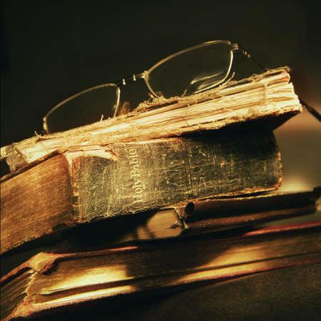 biblia: Desgastado de la Biblia  Foto de archivo