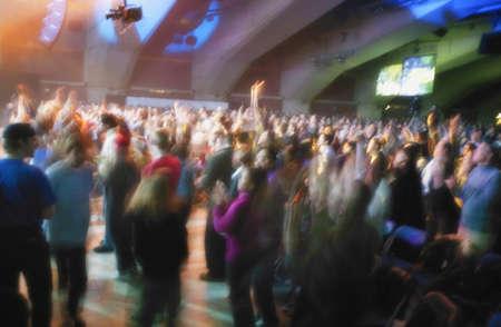 Een groep mensen op een concert