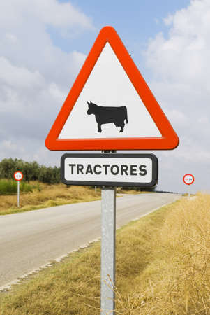 tractor warning: Caution sign in Spanish