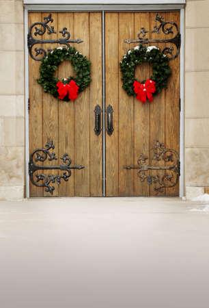 coronas navidenas: Puertas con coronas de Navidad  Foto de archivo