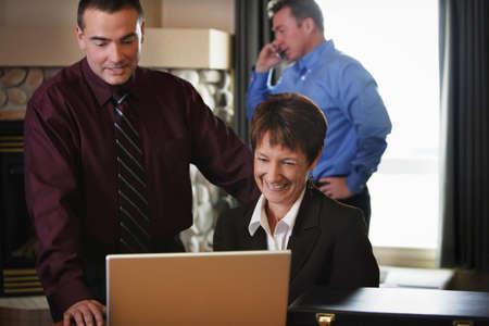 Mensen uit het bedrijfsleven ontmoeting met computer