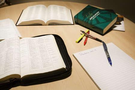 Bijbel en studie materiaal Stockfoto