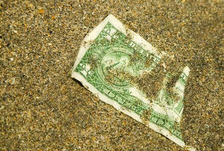 daremny: Dolar amerykański, pochowany w piasku
