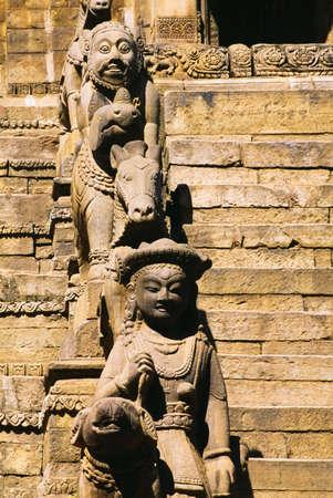 belief systems: Statue accanto a scale, Tempio di Siddhi Lakshmi, Bhaktapur, Nepal