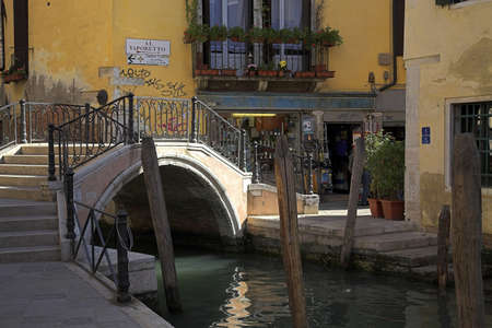chris upton: Bridge in the backstreets of Venice, Italy