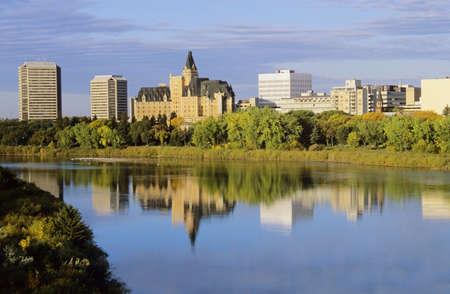 Saskatoon Downtown weerspiegeld in de South Saskatchewan river