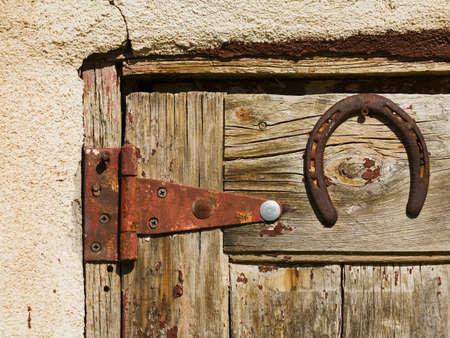오래 된 나무로되는 문에 말 구두