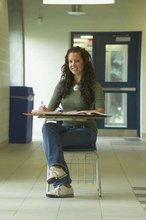 학교 책상에있는 소녀