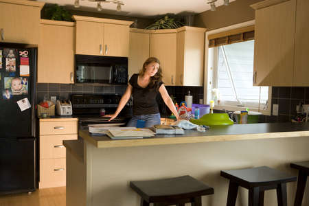 wearied: A woman in a kitchen LANG_EVOIMAGES