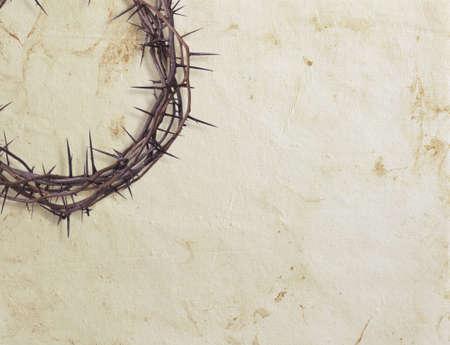 corona de espinas: Corona de espinas en el fondo con textura de papel Foto de archivo