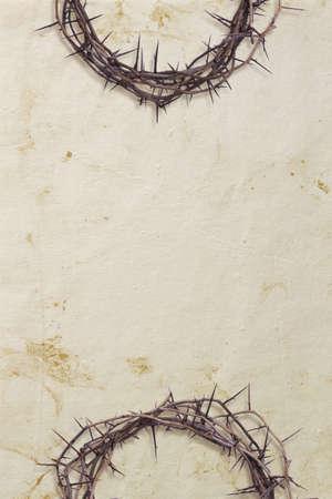Zwei Dornenkronen an der Ober-und Unterseite eines strukturiertes Papier Hintergrund Standard-Bild - 15941423