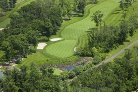 An aerial view of a golf course fairway and green in Minnesota 免版税图像