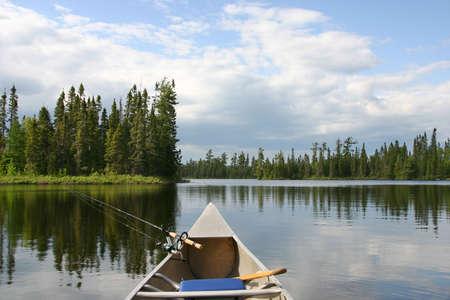 Aluminium kano met vistuig post op een noordelijk Minnesota meer Stockfoto