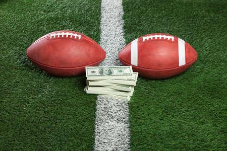 Pro en college stijl voetballen met een stapel van geld op de lijn Stockfoto