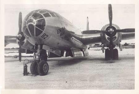 TINIAN ISLAND, Commonwealth van de Noordelijke Marianen - Tussen 2 september en 6 november 1945: De foto van een oud album van de Enola Gay, de United States Air Force B-29 bommenwerper die de eerste atoombom op Hiroshima, Japan, op 5 augustus Redactioneel