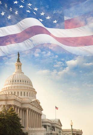 空の上に重ねを振ってアメリカ国旗と米国の国会議事堂の建物