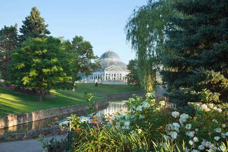 saint paul: The Como Park Conservatoryand pond in Saint Paul, Minnesota, on a bright summer morning Stock Photo