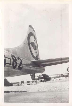 bombe atomique: TINIAN ISLAND, MARIANA ISLANDS - CIRCA 15 septembre 1945: Photo par James E. Weichers de la queue de l'Enola Gay avec le bombardier connu sous le nom The Great Artiste en arrière-plan.